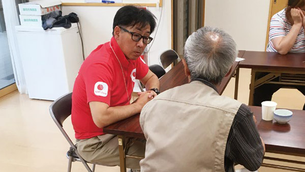 AAR staff engaging in active listening and teaching health exercises ©AAR