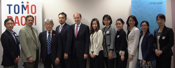 米国大使館にて、ジョン・ルース駐日米国大使とJ.P.モルガン、Mercy Corps、JPF等による集合写真