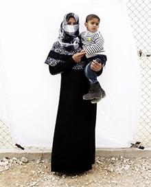 シンポジウム会場では、イギリス出身の人道写真家 ガイル・デューリー氏のフォトエッセイ写真展を開催します。