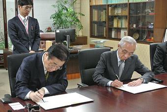 署名をする立谷秀清全国市長会会長(相馬市長)、永井秀哉JPF代表理事 ©JPF