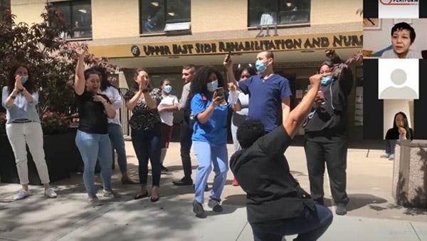 Black Lives Matterの抗議デモ中に、医療従事者に感謝を示す参加者(ニューヨーク)