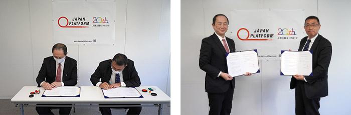 佐藤生団連専務理事(右)と髙橋JPF事務局長による記名押印と記念撮影
