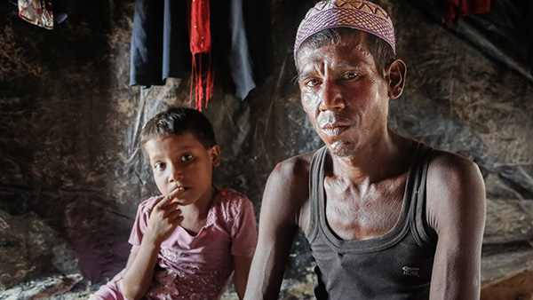 Father with child, both looking at camera ©Turjoy Chowdhury/Disasters Emergency Committee