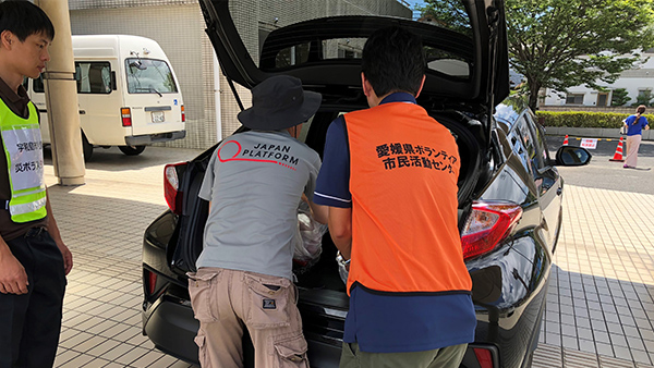 7. JPF Emergency Assessment Team identifying supporting goods/ 10th July Ehime ©JP