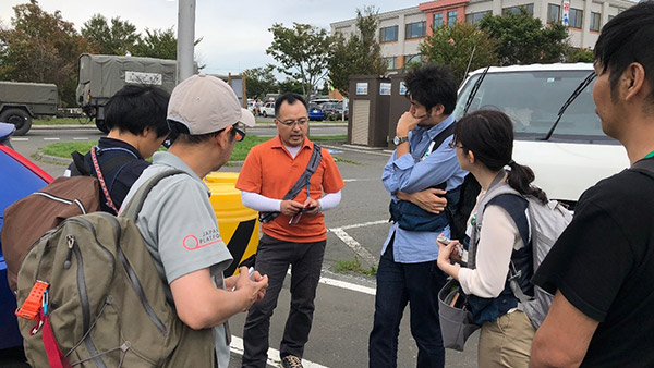 10. In the parking lot of Mukawa Town Office, members of the JPF initial emergency survey team interviews aid workers and others on the situation and needs Mukawa  Sep. 8 ©JPF