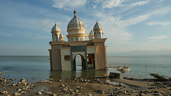 A leaning Mosque stands in water in Palu City after the effects of the Tsunami/ 5th, October/ Palu City in Indonesia ©Lewis Inman/Arete Stories/DEC