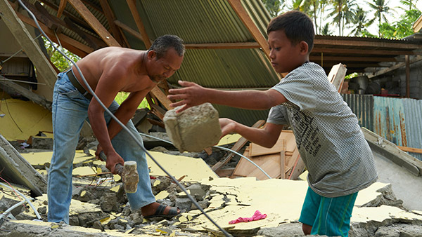 The family removes their own houses rubble / 7th, October / Sigi regency, Indonesia ©Lewis Inman/Arete Stories/DEC