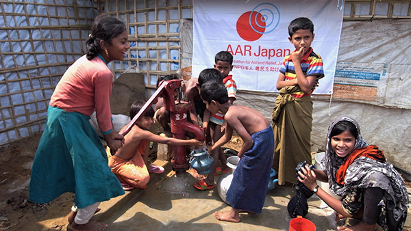 Refugees drawing water from the well that AAR Japan has installed/March, 2018/ Kutuparon Refugee Camp ©AAR