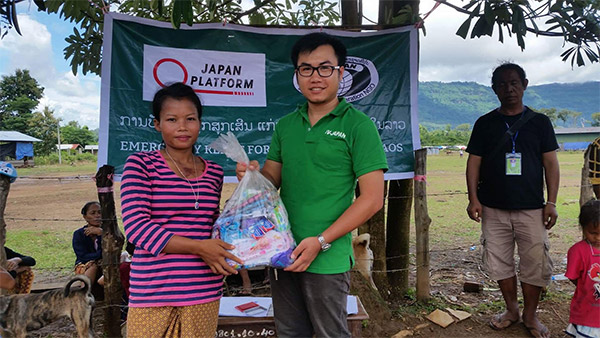 IV-Japan staff hands over the goods ©Sachiko Tominaga IV-Japan
