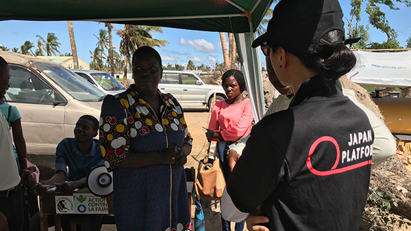 Hearing from Health Instructor at temporary Water Station in Beira ©JPF