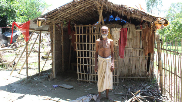 Man returning to his home after 15 days of flooding in Pipara Bhagwanpur Village, Ward 9, Gaur Municipality ©PWJ/ISAP