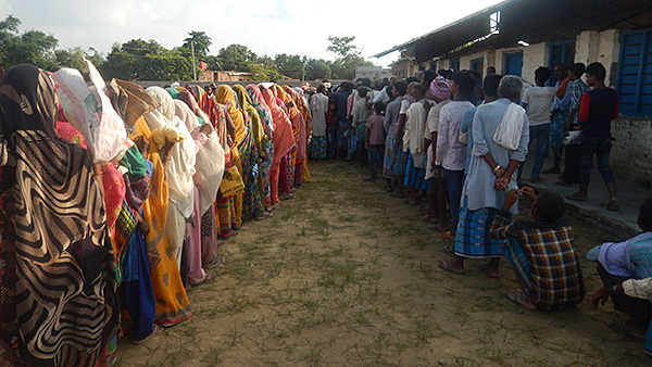 Local residents waiting for emergency relief distribution ©SVA