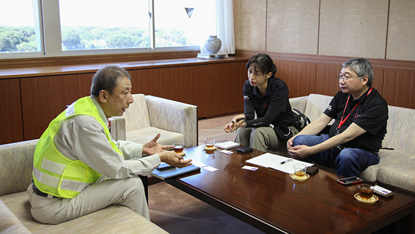 Asking the Head of the Secretary and Public Relations Department of Futtsu about what is needed ©JPF