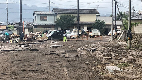 Joint damage assessment by JPF andJVOAD in the Yanagawa District of Date, Fukushima Prefecture. Confirming the damage in houses that were flooded and the need for heavy machinery ©JPF