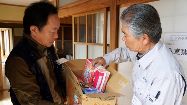 Staff from SVA, a JPF member NGO, delivers material aid to an evacuation center in the city of Nagano ©SVA
