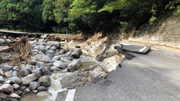 A road collapse in Marumori after Typhoon Hagibis ©JPF