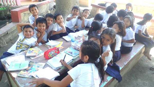 Children studying outside their classroom ©ICAN