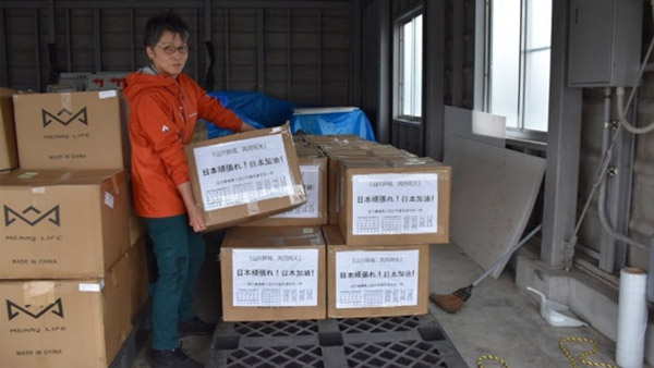 Receiving shipping of masks at Saga Airport ©PWJ