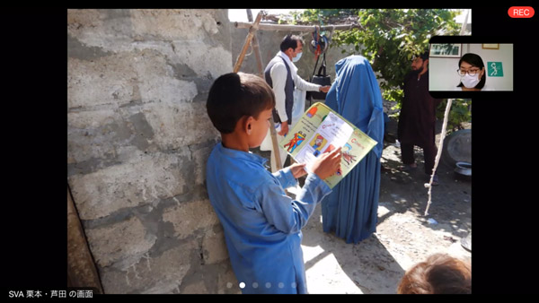 A child reading the prevention awareness pamphlet ©SVA