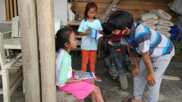Distributing picture books in Soulowe Willage, Sigi Regency ©PARCIC