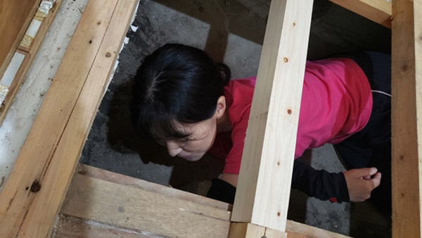 Checking under the floorboards for drying conditions in Takayama ©Vnet