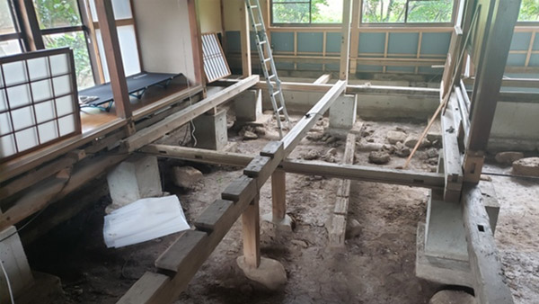 A house being restored under its floorboards ©Vnet