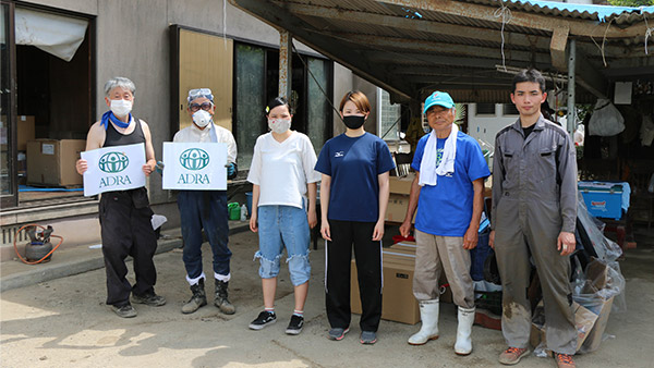 Volunteers and residents who helped distribute supplies ©ADRA