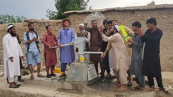 First spray of water comes out of the well built together with residents ©SVA