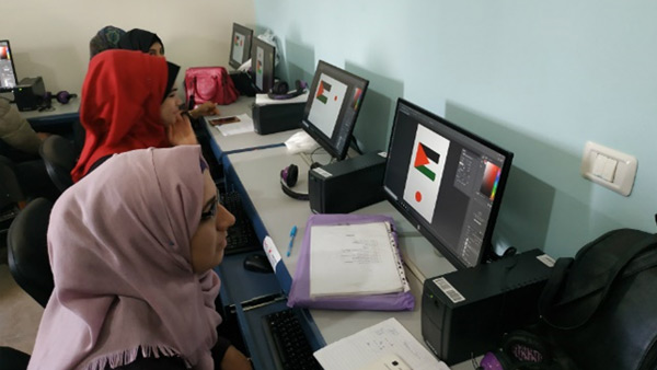 Students learning graphic design ©PWJ